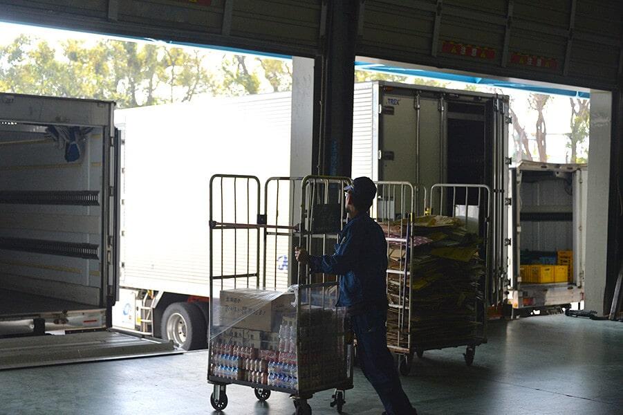 倉庫内にて運搬